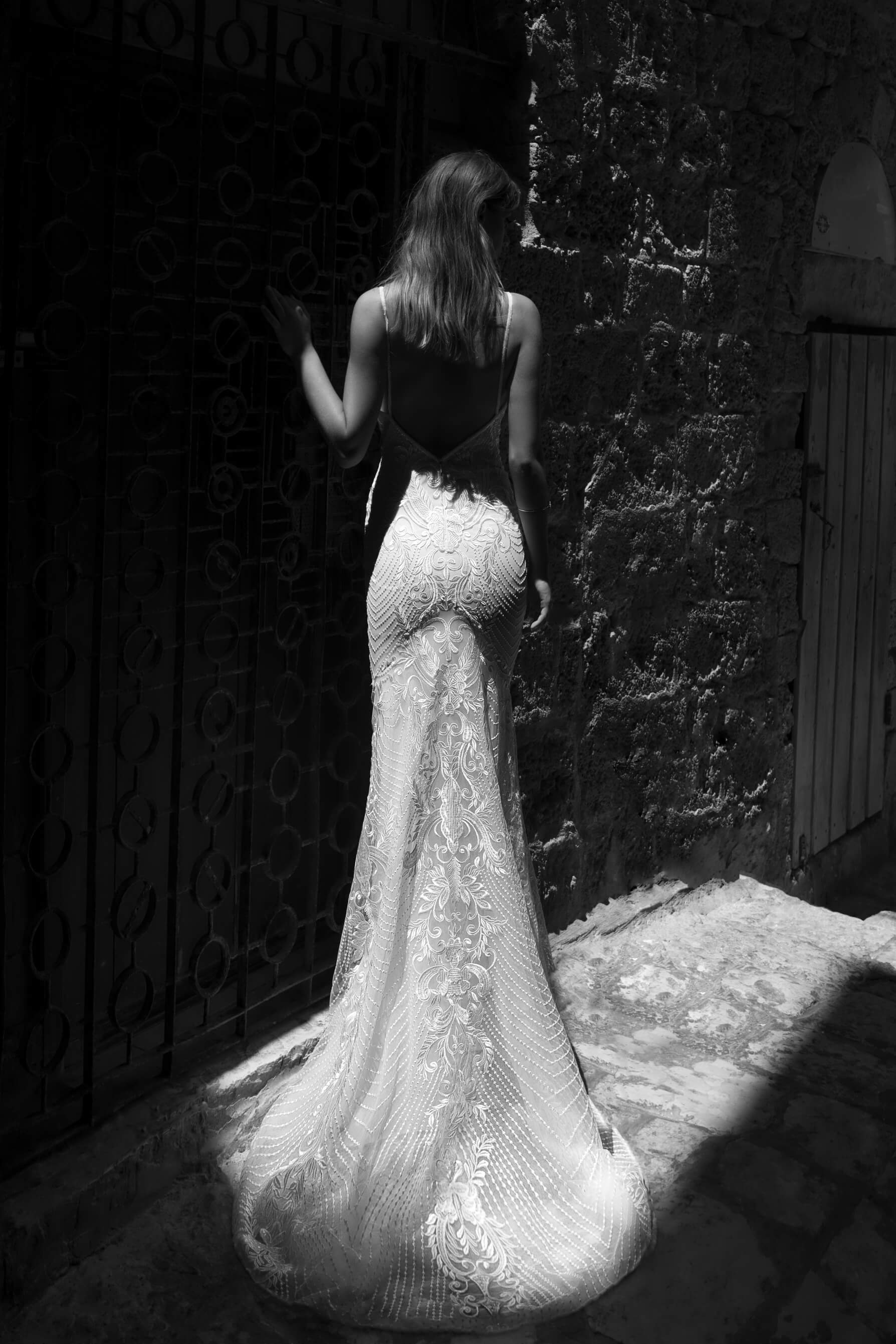 dolga_oprijeta_cipkasta_porocna_obleka_Julie_Vino