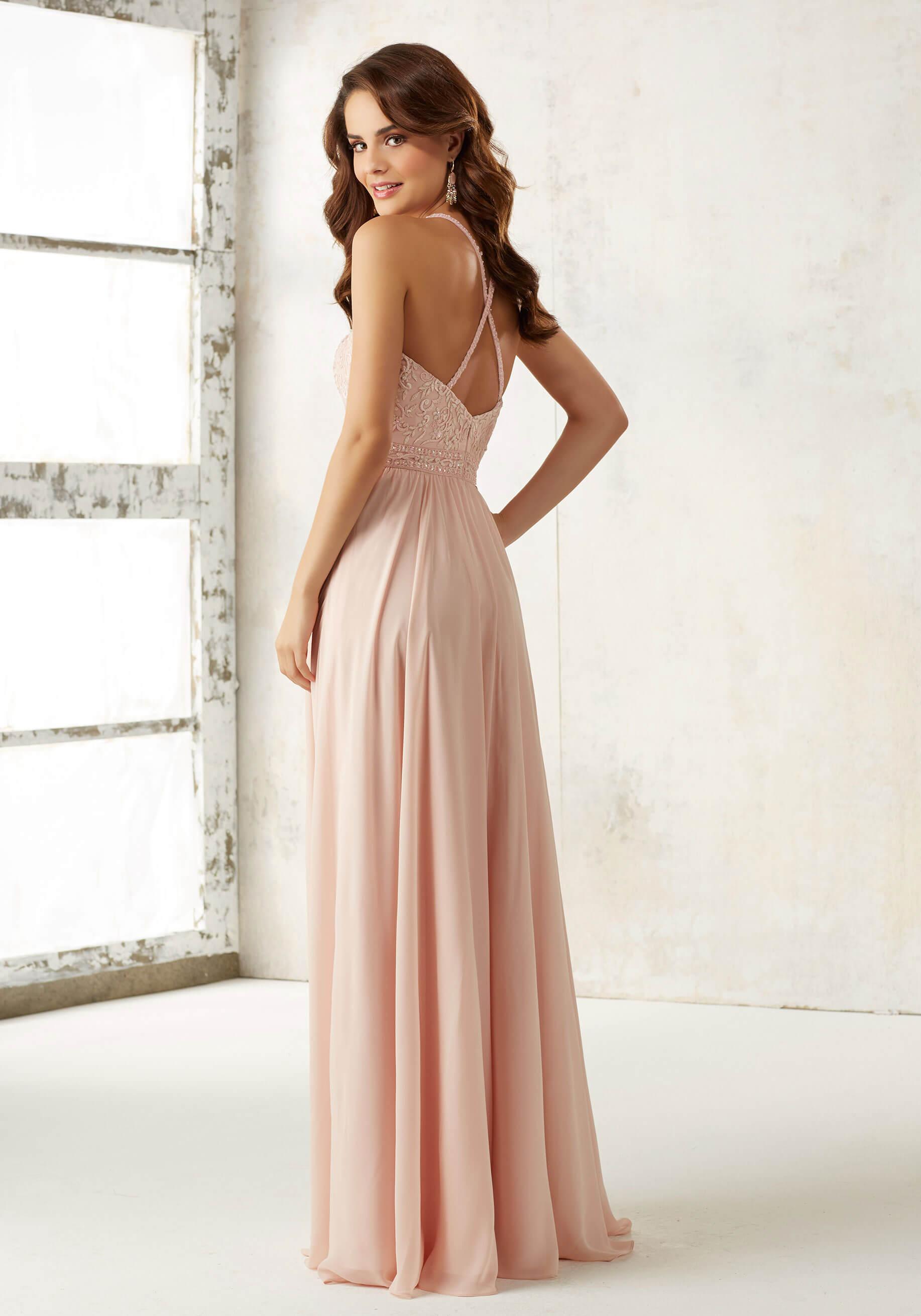 dolga_padajoca_lahkotna_vecerna_maturantska_obleka_s_cipko_blush_pink